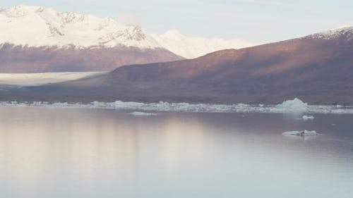 Lufthubschrauber Schuss fliegen auf Alaskan Berghang, goldene Stunde, Drohne aufnahmen