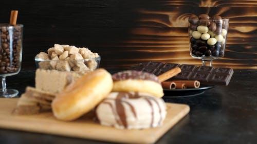 Unhealty Süßigkeiten auf einem dunklen Vintage Tisch