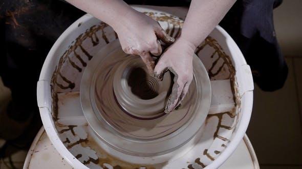 Thumbnail for Von unten der Ernte Hände von talentierten Handwerkern, die Meisterwerk auf Töpferrad in Werkstatt schaffen