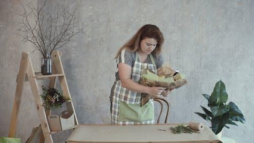 Frau Dekoration Essbare Arrangement mit Kräutern