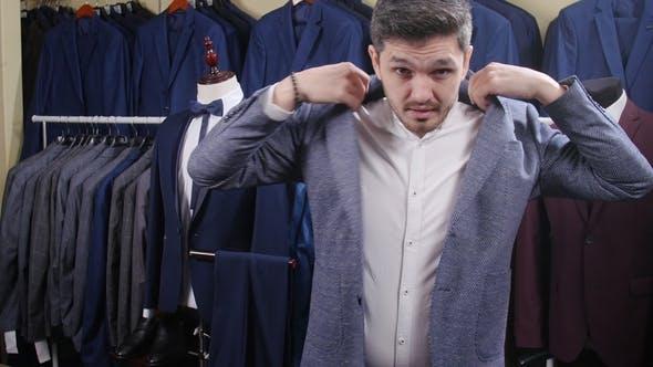 Thumbnail for Mann zieht einen Anzug in einem Geschäft
