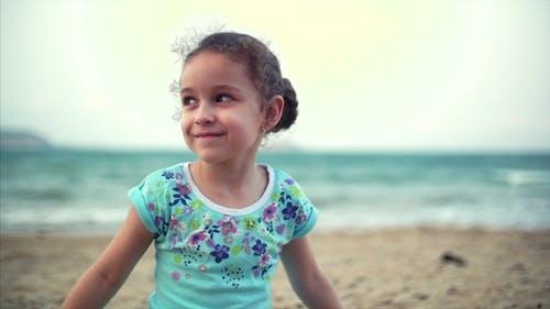 Kleines Mädchen am Strand, Happy Little Baby spielt mit Sand am Strand. Ein Kind, ein Kind