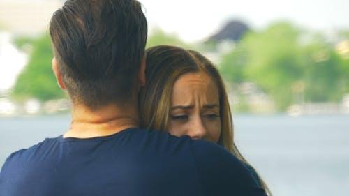 Abschied sagen - ein Mann tröstet eine traurige Frau