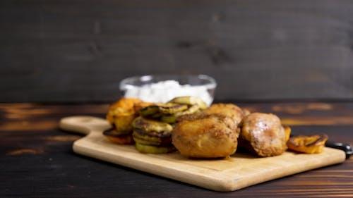 Gesundes Abendessen aus gegrilltem Gemüse und gebratenes Huhn