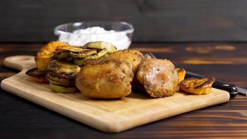 Köstliches Abendessen aus gegrilltem Hühnerfleisch und gegrilltem Gemüse