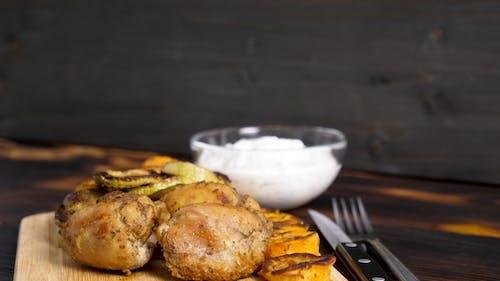 Gegrillte Zucchini und Süßkartoffeln neben gebratenen Fleisch