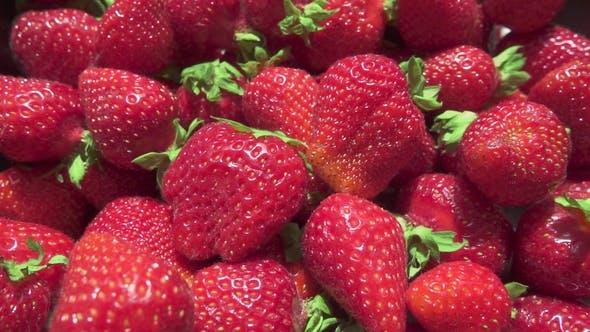 Thumbnail for Motion Camera über eine schöne reife saftige Erdbeere