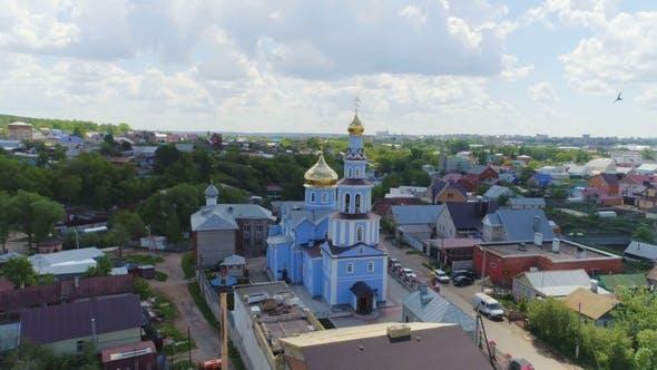 Thumbnail for Orthodoxe Kirche mit goldenen Kuppeln unter bewölktem Himmel