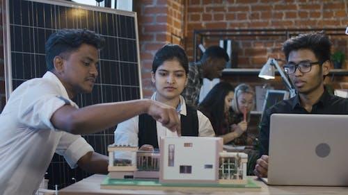 Indische Studenten arbeiten an Alternate Supplies