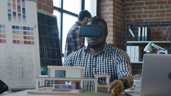 Thumbnail for Schwarzer Mann in VR Brille Erstellen Haus Modell