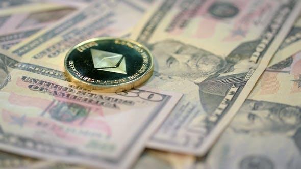 Thumbnail for Ethereum Cryptocurrency Business Golden Ethereum Münze liegt auf Dollar-Banknoten