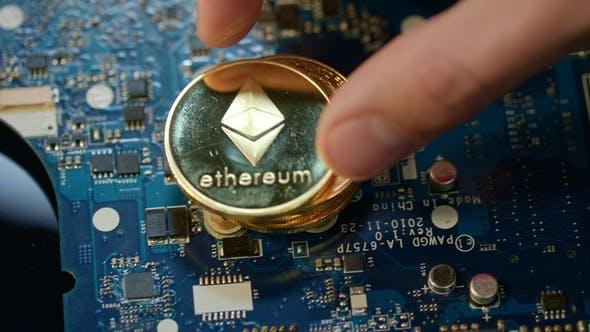 Thumbnail for Moderne Kryptowährung Mining Gold Bitcoin und Ethereum Münzen auf der Platine
