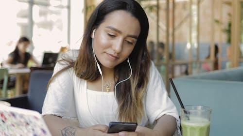 Junge Frau beobachten ein Video auf Handy