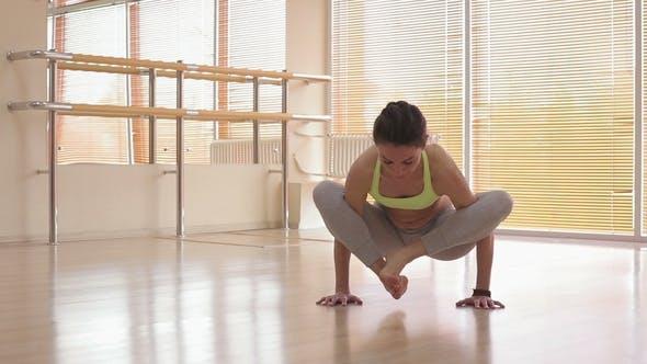 Thumbnail for Schöne Frau tun Yoga
