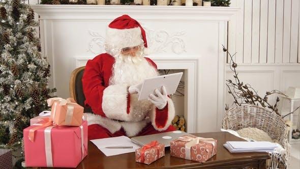 Thumbnail for Weihnachtsmann mit Tablet, um einen schnellen Video anruf an den Nordpol zu geben
