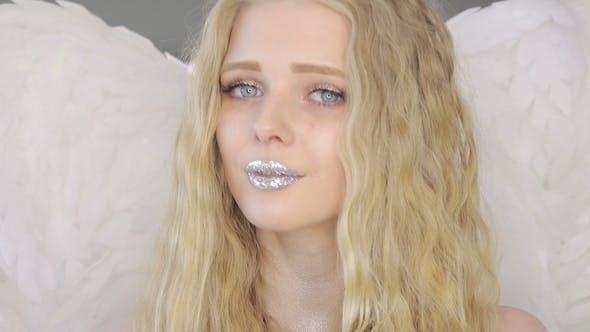 Thumbnail for schön junge blond Frau posiert bei Kamera