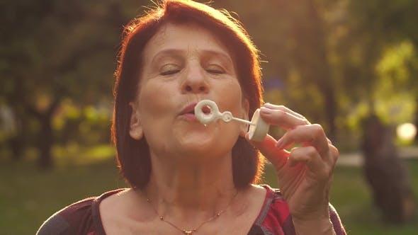Thumbnail for Reife Frau Blasen Seifenblasen