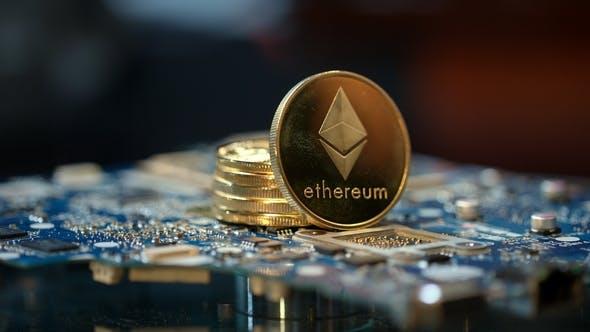 Thumbnail for Kryptowährung Mining Geschäft. Stapel von Gold-Etherium-Münzen auf der Platine
