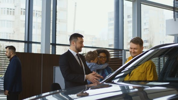 Consultant Helping Family with Car Choice