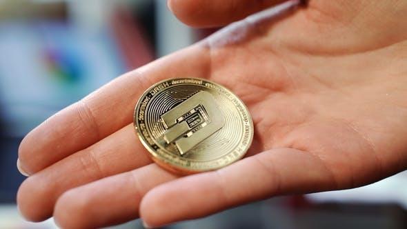 Thumbnail for Frau Hand hält Gold Dash Münze. Kryptowährung Exchange Business