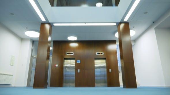Thumbnail for Blauer Teppich vor dem Aufzug in der Lobby des dreistöckigen Büros