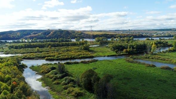 Thumbnail for Ferne Turm gegen Fluss fließt unter grünen Pflanzen