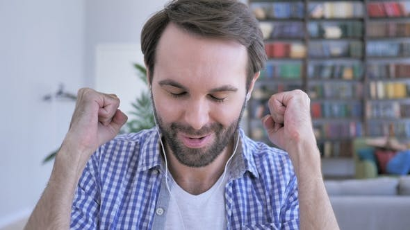 Thumbnail for Happy Casual Beard Man Hören Musik auf Kopfhörer und Tanzen mit Freude