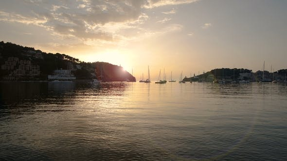 Thumbnail for Sonnenuntergang über dem Mittelmeer in Port De Soller an der Küste Mallorcas