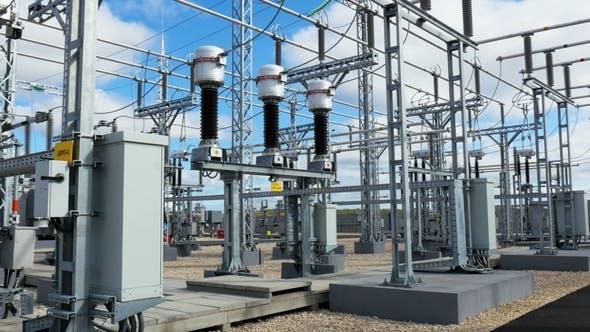 Thumbnail for Große elektrische Übertragungsstation mit Kabeln und Isolatoren