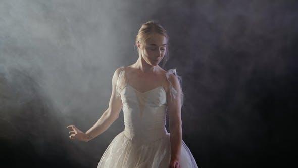 Thumbnail for Schöne junge Balletttänzerin Tanzen im Nebel