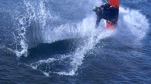Extreme Man studiert Reiten Wakeboarding Stunt auf Wasser. Extreme Wassersport