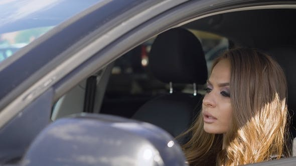Thumbnail for Schöne blonde Frau Autofahren ein Auto.
