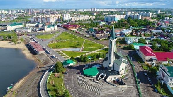 Thumbnail for Moderne Moschee am Ufer des Sees gegen Stadt und Himmel