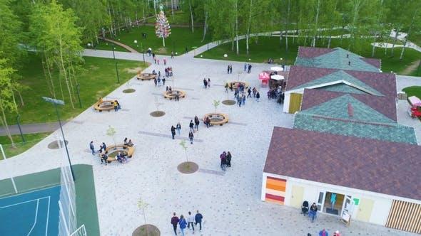 Thumbnail for Café im Freien mit Gästen bei Round Tables im Park