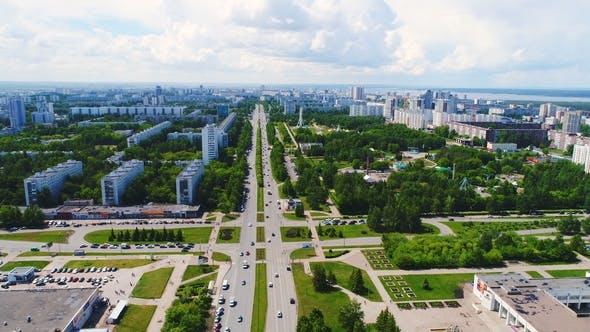 Thumbnail for Stadt durch breite Avenue gegen bewölkten Himmel gekreuzt