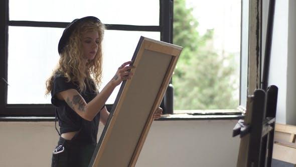 Thumbnail for Maler untersucht das Bild
