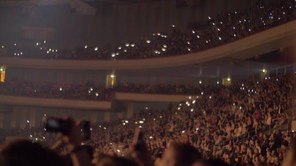 Thumbnail for Publikum winkende Hände und mobile Taschenlampen beim Konzert