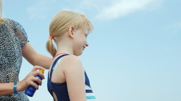 Thumbnail for Mama ist die Anwendung ihrer Tochter Sonnenschutz vor der Sonne im Urlaub