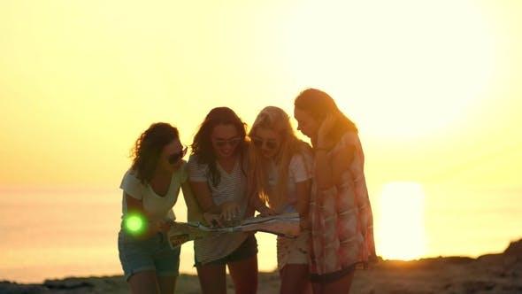 Thumbnail for Tourist Girls Blick auf Reiseführer. Weiblich Tourist Looking Karte. Mädchen Silhouette