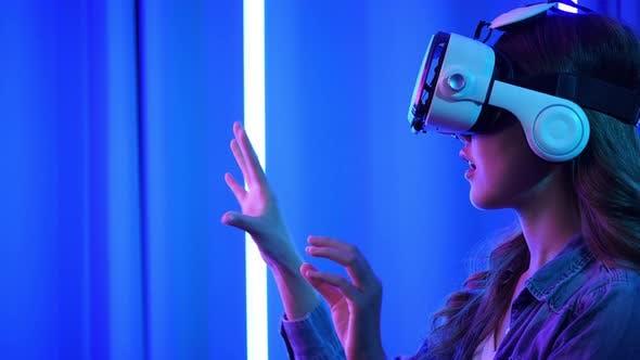 Thumbnail for Frau spielt Spiel auf Virtual Reality