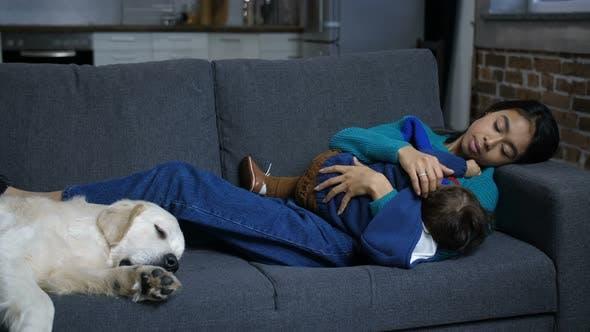 Thumbnail for liebevolle Mama Stillen Baby Junge auf Sofa