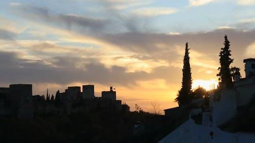 Schöner Zeitraffer des Sonnenuntergangs über der Alhambra, von Sacromonte, Granada, Spanien