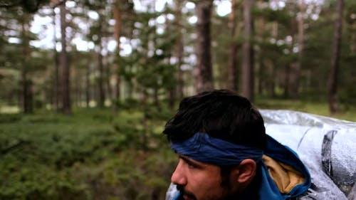 Mann Wanderer Wandern im Wald