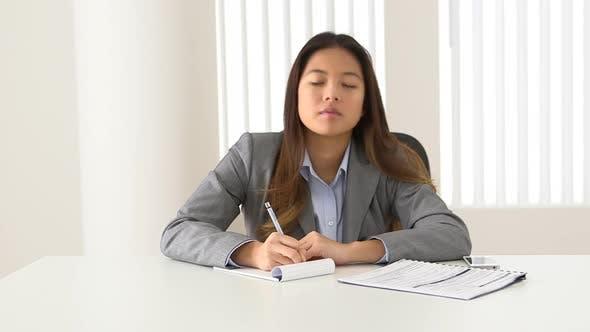 Thumbnail for Asiatische Geschäftsfrau hören und Notizen während Video konferenz