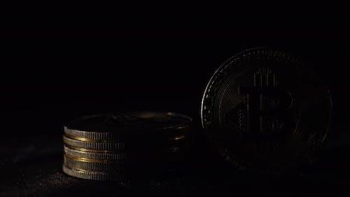 Der Suchscheinwerfer beleuchtet mehrere Münzen virtueller Währung Bitcoin