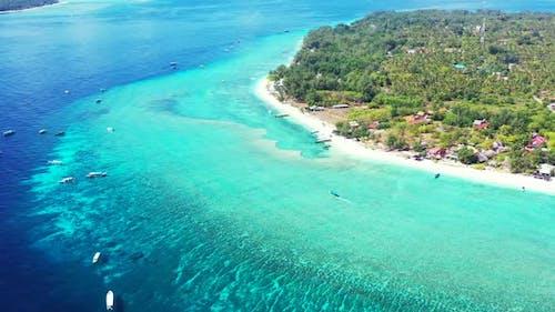 Lufttourismus des tropischen Resorts Strandurlaubs von aqua blauem Wasser und weißem Sand Hintergrund eines
