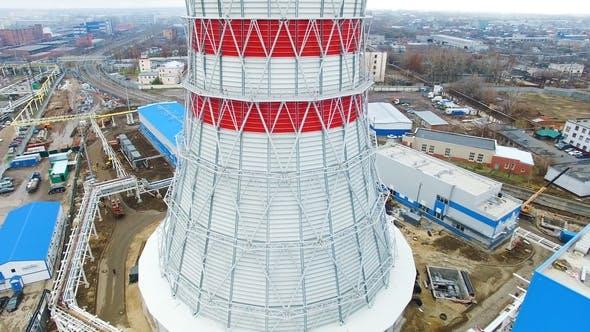 Cover Image for Kühlturm steigt über dem thermoelektrischen Kraftwerk