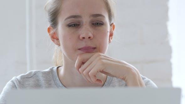 Thumbnail for Jeune femme pensive pensant et travaillant sur ordinateur portable, avant