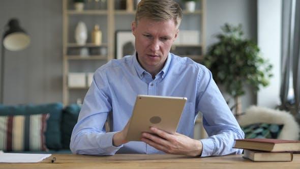 Thumbnail for Geschäftsmann mit Tablet am Arbeitsplatz