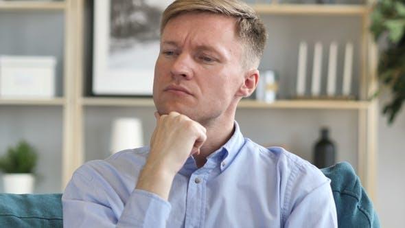 Thumbnail for Porträt des Denkens mittleren Alters Geschäftsmann im Büro